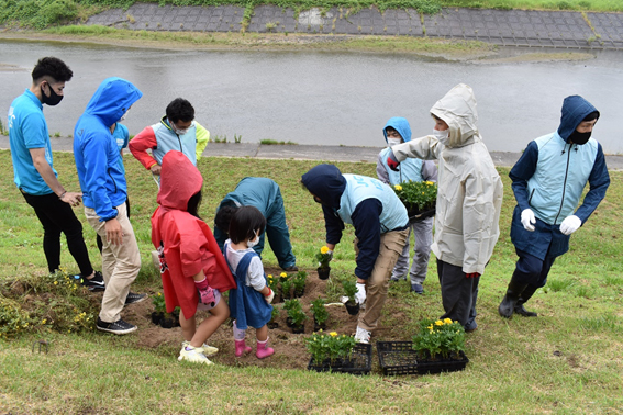 七北田川堤防春の花植え
